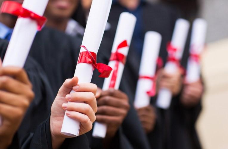 Escuela negó diploma a estudiante de secundaria por llevar la bandera mexicana puesta durante su ceremonia de graduación